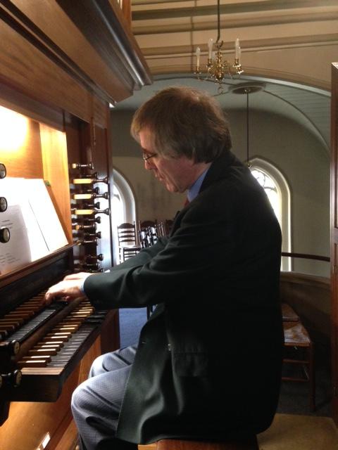 Wim de Bie achter het orgel